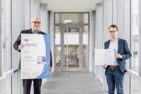 Stephan Gais (li.), CEO der Mahr Gruppe, und Timo Scholz freuen sich über die Auszeichnungen für ihre Leistungen und die des Unternehmens