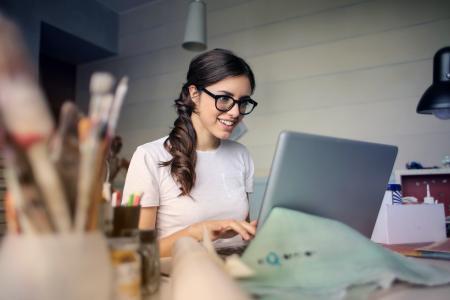 Ein   berufsbegleitendes   Studium   bringt   klare   Karriere-vorteile.   Die   Online   Infotage   des   Fernstudienanbieters   WINGS  fallen  in  diesem  Jahr  besonders  umfangreich  aus.  Foto: Pexels/Andrea Piacquadio