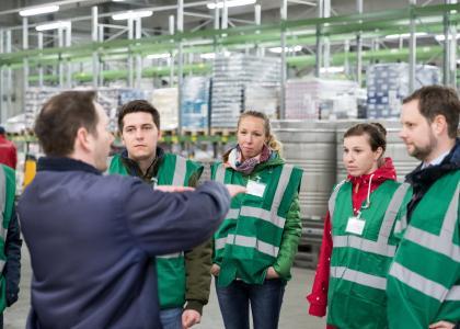 Logistik tut etwas für die ganze Familie. Zum Beispiel Milch und Joghurt auf den Tisch bringen, wie das Deutsche Milchkontor in Zeven am Aktionstag 2019 zeigte (FOTO: BVL/Jan Meier)