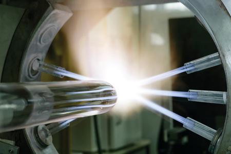 Quarzglas ist ein außergewöhnlicher  Werkstoff, der bei über 2000 °C bearbeitet wird und u.a. als Vorprodukt für Glasfasern unverzichtbar ist