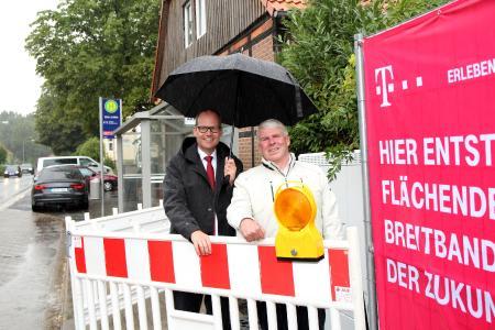 Wirtschaftsdezernent Ulf-Birger Franz (links) und Sehndes Bürgermeister Carl Jürgen Lehrke überzeugen sich vom Fortschritt des Breitbandausbaus in Sehndes Ortsteil Klein Lobke.