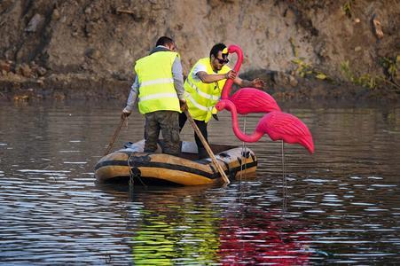 """Kunststoff-Flamingos im Schlamm. Vorbereitung des Testgeländes für """"Look Who's Driving"""", den neuesten Live-Test von Volvo Trucks, in dem ein Volvo FMX dem härtesten Test aller Zeiten unterzogen wird / VOLVO TRUCKS Image and Film Gallery"""