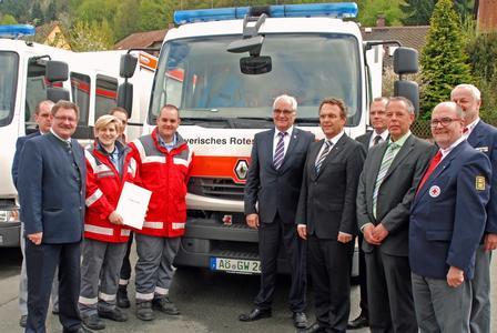 Innenstaatssekretär Gerhard Eck (vorne rechts), Bundesinnenminister Hans-Peter Friedrich (5. v. l.), Renault Trucks Produktmanager Manfred Klaus (Mitte) und ADIK Geschäftsführer Achim Utsch (3. v. r.) in Bad Berneck (Foto: Rudi Schwab)