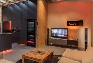 Entertainment-Lösungen von Loewe und Revox schaffen zusammen mit dem farblich steuerbaren Licht von Brumberg erlebnisreiche Momente und erhöhen die Wohnqualität / Bild: Connected Comfort