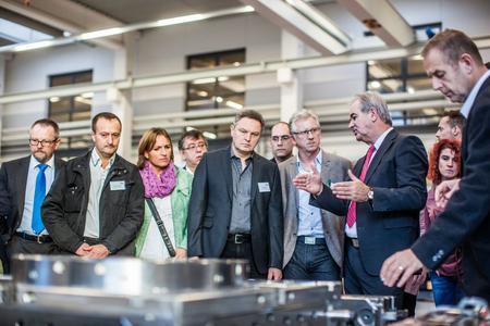 Rainer Armbruster, Geschäftsführer der FOBOHA (Germany) GmbH, beantwortete zahlreiche Fragen bei der Unternehmensbesichtigung