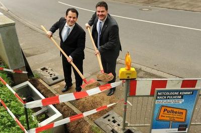 Bürgermeister Frank Keppeler (links) mit Dr. Hans Konle beim ersten Spatenstich für den Glasfaserausbau in Pulheim