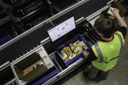 Die verbesserte Ware-zur-Person Lösung von Dematic sorgt für eine genaue Verwaltung des Lagerbestands und liefert die Artikel schnell an den Kommissionierer / Foto: Dematic