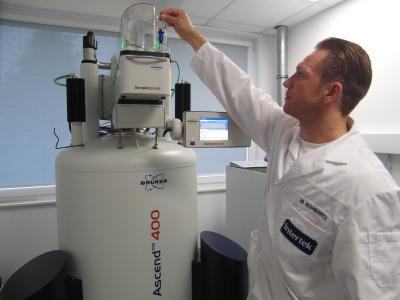 Intertek Food Services Bremen expert Michael Schwartz fills the NMR auto sampler