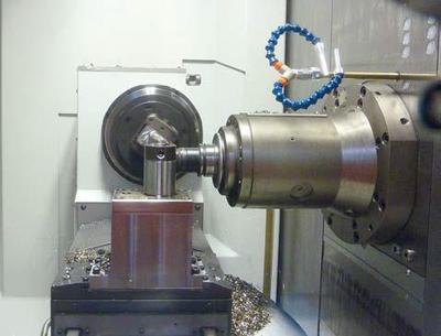 Dieser Kryo-Prozess läuft: Zwei Turbinenschaufeln wurden auf einem Starrag-Bearbeitungszentrum trocken und gekühlt aus dem Vollen gefräst, 64% zerspant, das Zeitspanvolumen um 70% verbessert