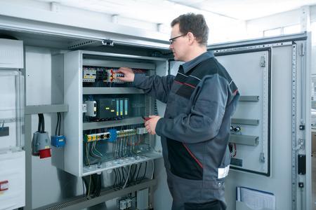 Seit Jahren setzt die ISAB Klitschmar GmbH auf die überzeugenden Vorteile der CS New Basicgehäuse von Rittal: mehr Flexibilität in der Fertigung von Schaltanlagen und mehr Schutz vor Witterungseinflüssen.