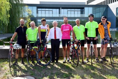 Der B. Braun-Vorstandsvorsitzende Prof. Dr. Heinz-Walter Große mit den teilnehmenden Radfahrern / Bildnachweis: B. Braun Melsungen AG