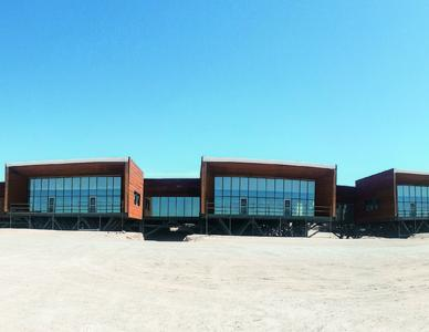 Der Büroneubau ist entlang einer Haupterschließungsachse organisiert. Vier Baukörper bilden eine bauliche Einheit. Bild: Schüco International KG