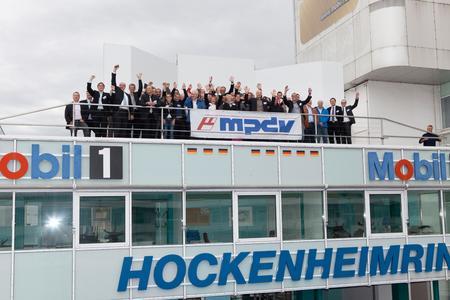 Einmal selbst auf dem Treppchen stehen – die Teilnehmer des Forum Effektive Fabrik auf der Siegertribüne des legendären Hockenheimrings