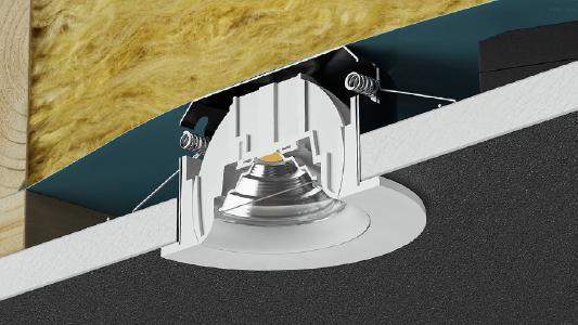 Durch seine integrierte Dose kann der neue Einbaustrahler INDIWO von Brumberg direkt gegen das Dämmmaterial gesetzt werden