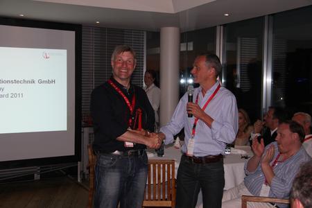 Michael Haas (WatchGuard) überreicht Thomas Nemitz (Wick Hill Deutschland) den begehrten Preis