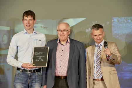 Bei einer feierlichen Gala in der Musikhalle Ludwigsburg nahmen Geschäftsführer Siegfried Binder (Mitte) und sein Sohn Felix (li.) die Urkunde von SCHWIMMBAD+SAUNA-Chefredakteur Peter Lang entgegen
