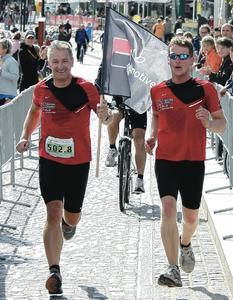 Karsten Rösel, Geschäftsführer ALD AutoLeasing D GmbH, beim Zieleinlauf (links)