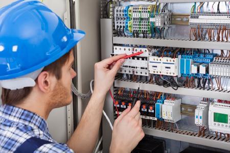 Die elektrotechnischen Anforderungen an den Netzanschluss von PV- und BHKW-Anlagen bilden die Inhalte eines eintägigen Intensivseminars (Quelle: Fotolia - Andrey Popov)