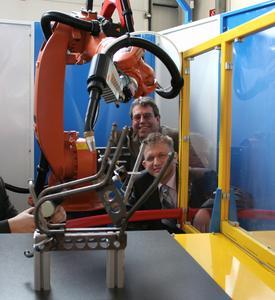Klaus Neumann und Andrej Schvarc freuen sich über die serienreife Roboterzelle