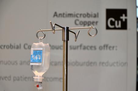 Der Keimübertragung entgegenwirken: Infusionsständer aus antimikrobiell wirksamer Kupferlegierung (Modellausstattung, MEDICA 2013). (c) . Vessey/Copper Development Association