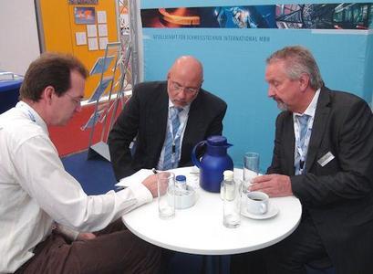Beratung am Stand der GSI, vertreten durch die SLV Duisburg: Dipl.-Ing. Christian Rothbauer (mitte) und Dipl.-Ing. Hermann Kuper (rechts) geben Auskunft, Foto: DVS