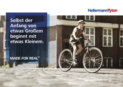 Eine Hommage an die Firmengründung vor über 80 Jahren:  Ein HellermannTyton-Junior tritt in die Pedale eines Fahrrads, dessen Ventile Paul Hellermann zu seiner Patenttülle inspirierte.