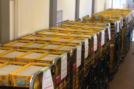 38 Transportbehälterwagen der Deutschen Post AG (mit jeweils etwa 20.000 Wahlbenachrichtigungen) warten auf ihren Transport ins Briefzentrum Herford / Foto: krz