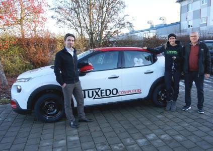 v.l.n.r.: Herbert Feiler (Geschäftsführer TUXEDO Computers GmbH), Jennifer Harß und Willi Bertele (Vorstand EHC Königsbrunn)