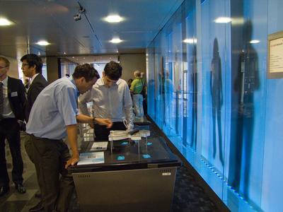 In den Pausen lädt die Ausstellung «Kleines ganz gross» des Netzwerks MEMS-Point zum Eintauchen in die Welt der Atome und Moleküle ein