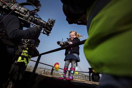 In dem jüngsten Live-Test von Volvo Trucks wird der Volvo FMX seinem bislang härtesten Test unterzogen. Die vierjährige Sophie manövriert den 18-Tonner per Fernbedienung / VOLVO TRUCKS Image and Film Gallery