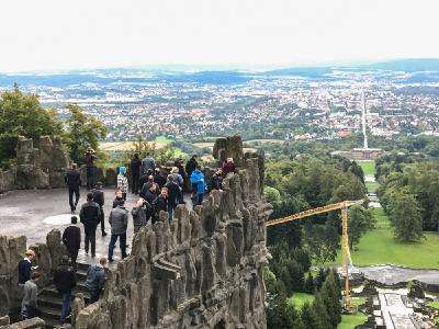Die Teilnehmer des ELAM-Anwendertreffens im Bergpark Wilhelmshöhe bei der Herkules Statue