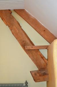 Die Verstrebungen des Dachtragwerks wurden wo nötig verstärkt und unterfangen. Als Verbindungsmittel kamen Stifte und Nägel aus Eichenholz zum Einsatz, wie sie in der zweiten Hälfte des 18. Jahrhunderts gebräuchlich waren. Foto:Achim Zielke