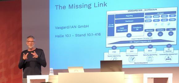 Michael Poehlsen, Geschäftsführer der Vasgard GmbH, präsentiert den VASGARD/IAN auf der it-sa 2018 in Nürnberg.