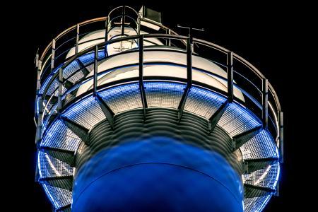 »Lichtkrone« für das Kraftwerk: Die Spitzen der vier Schornsteine werden ringförmig, nach oben weiß und nach unten blau, beleuchtet
