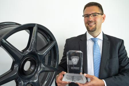 CEO Dr. Jens Werner presenting the SPE award and carbon wheel (Source: thyssenkrupp Carbon Components GmbH)