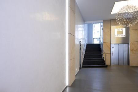 Capadecor StuccoDecor Di Luce beeindruckt Besucher gleich im Eingangsbereich mit seiner Spiegelglanzoptik (Foto: Caparol Farben Lacke Bautenschutz/Andreas Wiese)