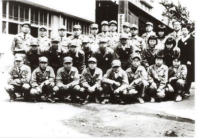 Kazuo Inamori  mit seiner Belegschaft bei der Gründung des Unternehmens (hintere Reihe, Sechster von Links)