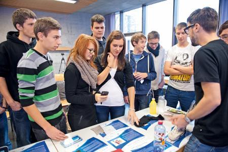 Einblicke in die MINT-Welt: Im Anschluss an den interaktiven Vortrag können sich Schülerinnen und Schüler anhand verschiedener Exponate selbst ein Bild von technischen Innovationen machen / (c) Baden-Württemberg Stiftung gGmbH