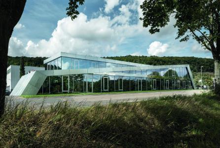 Abb. 1: Stückverzinkte Stahlblechplatten umhüllen matt glitzernd das gesamte Gebäude. (David Franck Photographie)