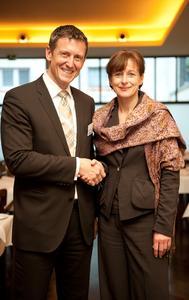 Martina Koederitz, bei IBM Deutschland in der Geschäftsführung verantwortlich für das Mittelstands- und Partnergeschäft und Uwe Neumeier, Geschäftsführer Actebis Peacock GmbH beim Treffen am Vorabend der Channel Trends+Visions in Bochum.
