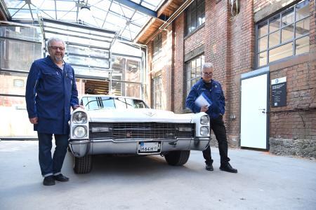 Begeisterung prüft immer mit: Harald Wagner (li.) und Peter Winkler vom neuen TÜV SÜD Service-Center für Oldtimer in der Manufaktur B26