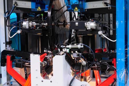 Die gleiche, nun geöffnete Laufrad-Richtmaschine der Holland Mechanics BV während der Tests in der firmeneigenen Forschungs- und Entwicklungsabteilung / Bildnachweise: ACE Stoßdämpfer GmbH und Holland Mechanics BV