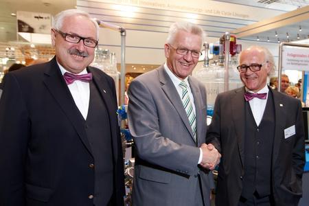 Mehr Effizienz dank Präzision und Zuverlässigkeit: Ministerpräsident Winfried Kretschmann (Mitte) ließ sich von CEO Klaus Endress (rechts) und COO Michael Ziesemer die Arbeitsfelder von Endress+Hauser erklären