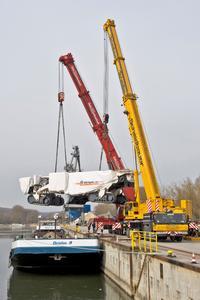 Der 4200 SM schwebt über dem Frachtschiff im Donauhafen Kelheim (Quelle: Messe München)