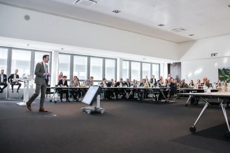 Robert Geppert, Chief Customer Officer der Firma Sybit, eröffnete die Veranstaltung, zu der sich rund 70 Teilnehmer angemeldet hatten.