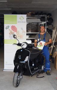 Frank Lippert, Handwerksmeister und Servicemonteur der Haustechnik Wetzel aus Dresden, ist der glückliche Gewinner der Vespa. Diese nahm er nun an seinem Arbeitsplatz entgegen.