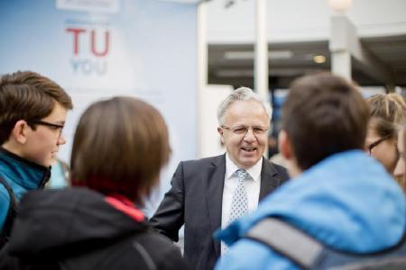 Auch Universitätspräsident Professor Helmut J. Schmidt ist am Studien-Infotag mit dabei, Foto: TU Kaiserslautern