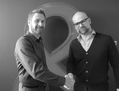 Stefan Ropers, Geschäftsführer von Adobe gratuliert Michael Deiß, Geschäftsführer der eggs unimedia zum AEM Specialized Status.