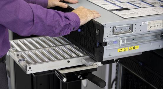 Mittels der Gleitplattform wird schweres IT-Equipment einfach ins Rack zur Montage eingeschoben.