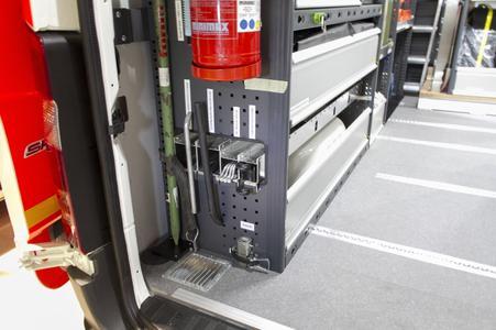 Am linken Modul sind der Feuerlöscher und ein Langteileträger integriert. Hier sind Hydranten- und Schieberschlüssel sicher untergebracht